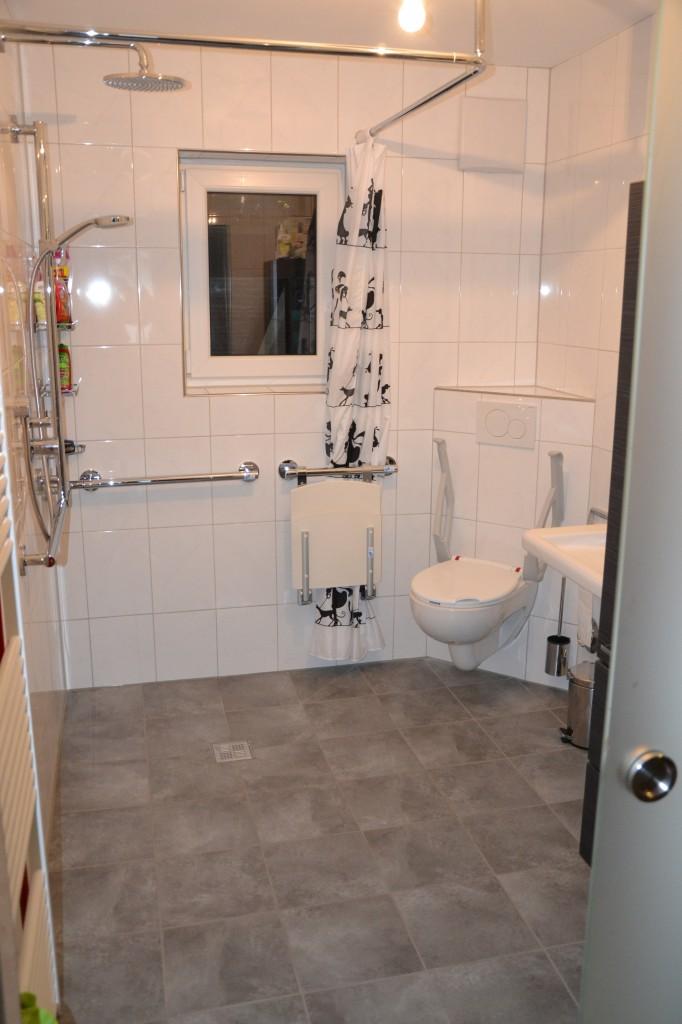 Unglaublich! Das Bad ist tatsächlich fertig! Die Firma Elektro Mittermeier aus Garmisch hat die noch nötigen Elektroarbeiten vorgenommen und auch noch alles gespendet! Vielen lieben Dank dafür!