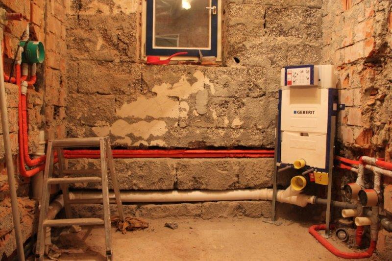 Unsere Handwerker legen sich heftig in´s Zeug ! Heute, am Freitag, sind schon viele Rohrleitungen verlegt. Super Alex !