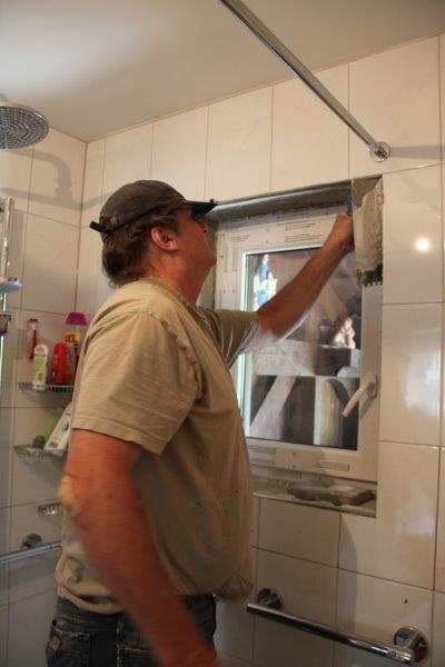 """Das neue Fenster ist da ! Die Firma Eich aus Oberammergau hat´s eingebaut und unser """"Fliesi"""" hat die Restarbeiten wieder hervorragend vorgenommen! Auch eine Schiebetür aus Glas ist nun von der Glaserei Fischer aus Oberammergau geliefert und eingebaut worden. So kann Daniel leicht in´s Bad und ganz nebenbei spart sie viiiiel Platz!"""