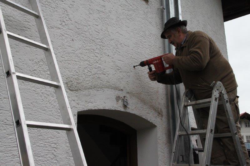 Sepp Göbl von der gleichnamigen Schreinerei in Ohlstadt beginnt mit dem Anbau des Balkons!
