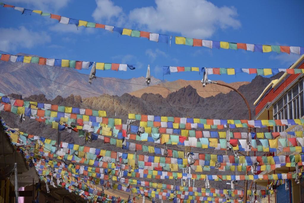 Gebetsfahnen zieren die Straßen und Häuser und verdeutlichen die buddhistische Prägung Ladakhs